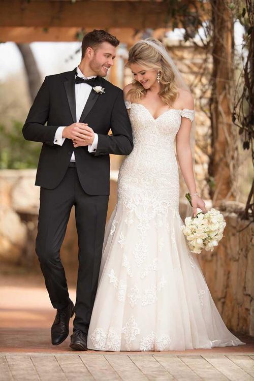 Cremefarbenes Brautkleid im Fit-and-Flare-Schnitt mit Spitze, und schulterfreiem Carmen-Aussschnitt von Essense of Australia