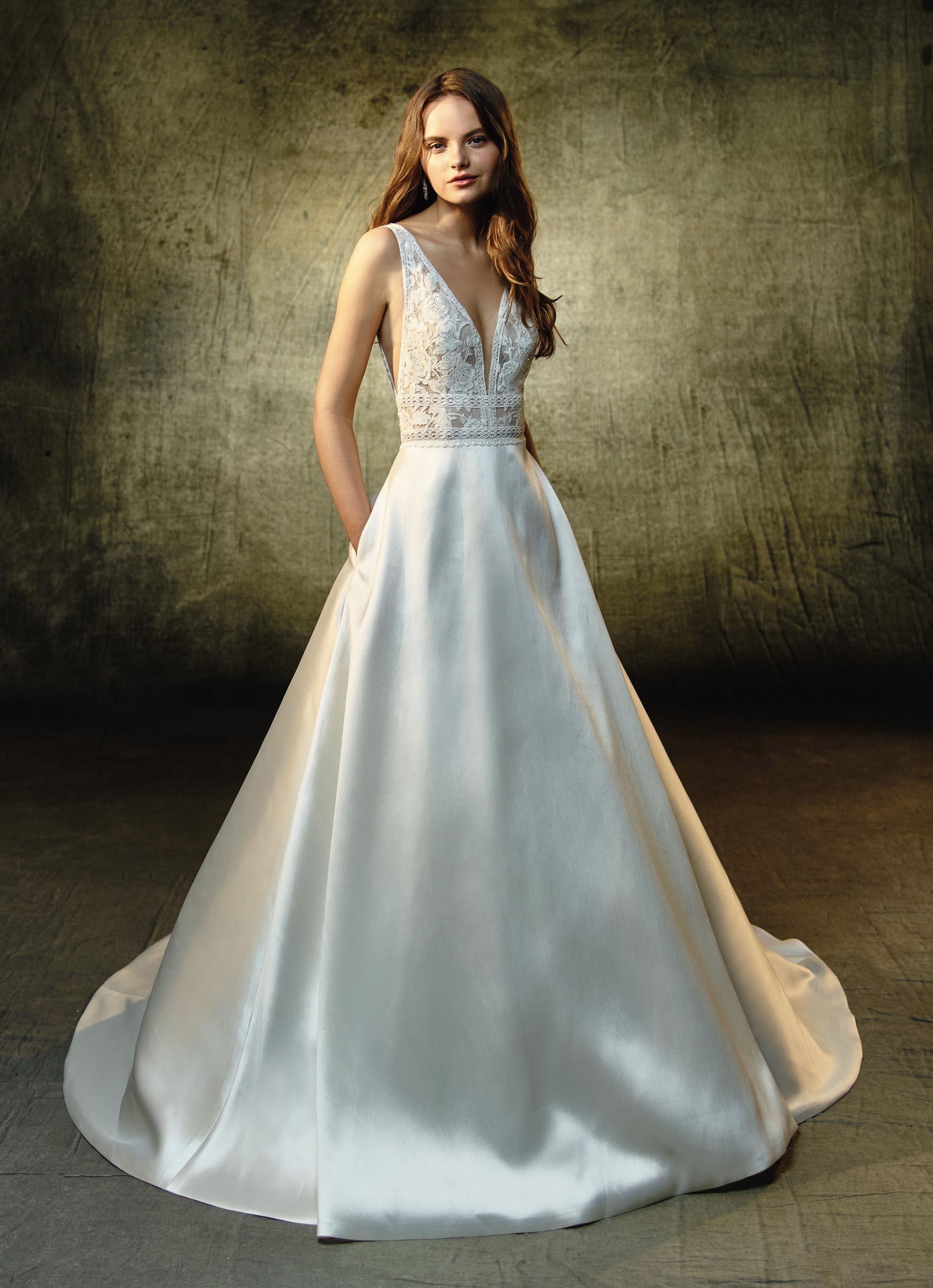Cremefarbenes Brautkleid mit Spitze, tiefem V-Ausschnitt und Prinzessschnitt von Blue by Enzoani, Modell Lilybeth