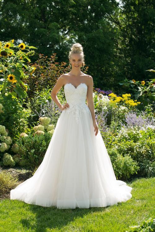 Trägerloses, cremefarbenes Brautkleid mit Spitze und Ausschnitt in Herzform von Sweetheart, Modell 11041