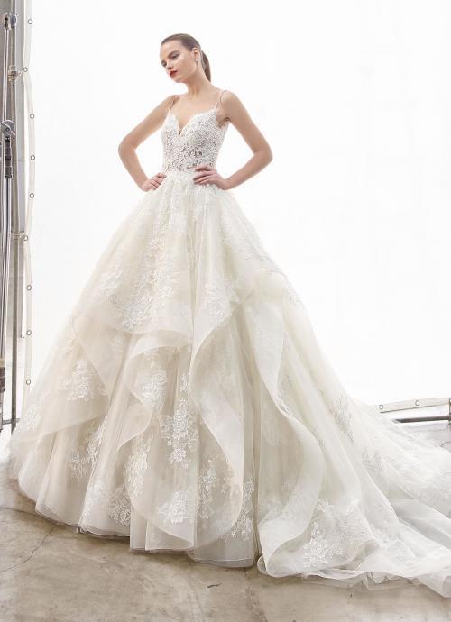 Cremefarbenes Brautkleid im Prinzessschnitt mit Volants, Spitze und transparenter Spitzenkorsage von Enzoani, Modell Natassia, Frontansicht