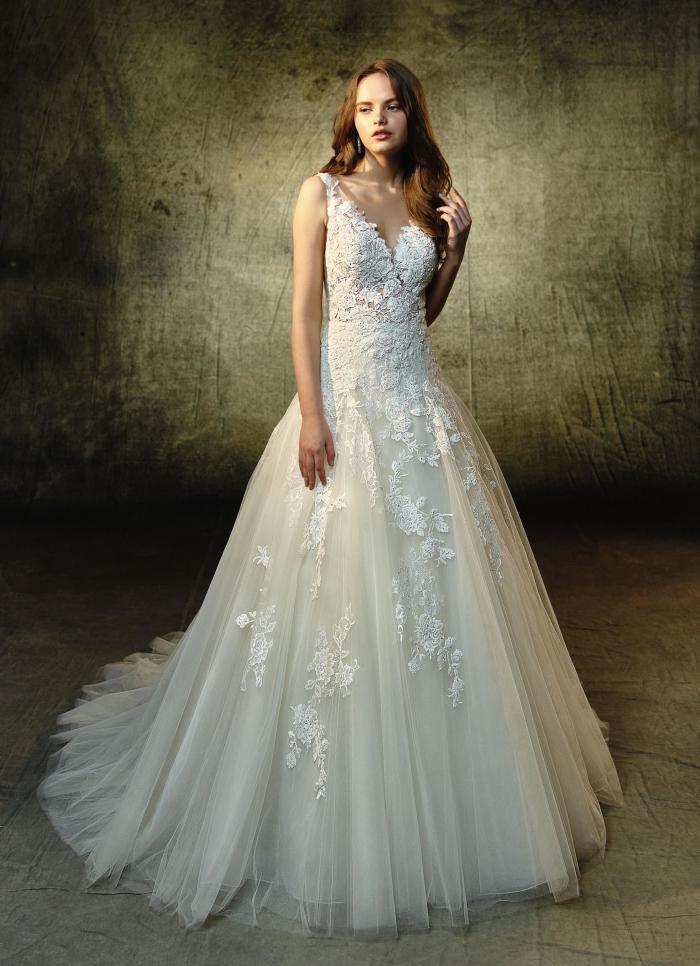 Cremefarbenes Brautkleid mit Spitze, Prinzessschnitt und V-Ausschnitt von Blue by Enzoani, Modell Lourdes