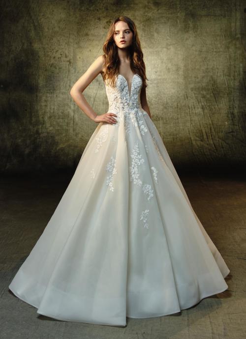 Cremefarbenes, trägerloses Brautkleid mit Spitze, tiefem Herzausschnitt und Prinzessschnitt von Blue by Enzoani, Modell Lyvia