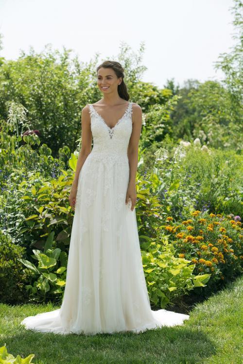 Cremefarbenes Brautkleid in A-Linie mit Spitze und V-Ausschnitt von Sweetheart, Modell 11031