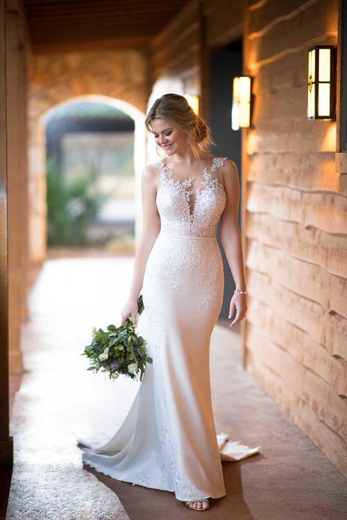 Cremefarbenes Brautkleid im Fit-and-Flare-Schnitt mit Spitze und Tattoo-Effekt von Essense of Australia