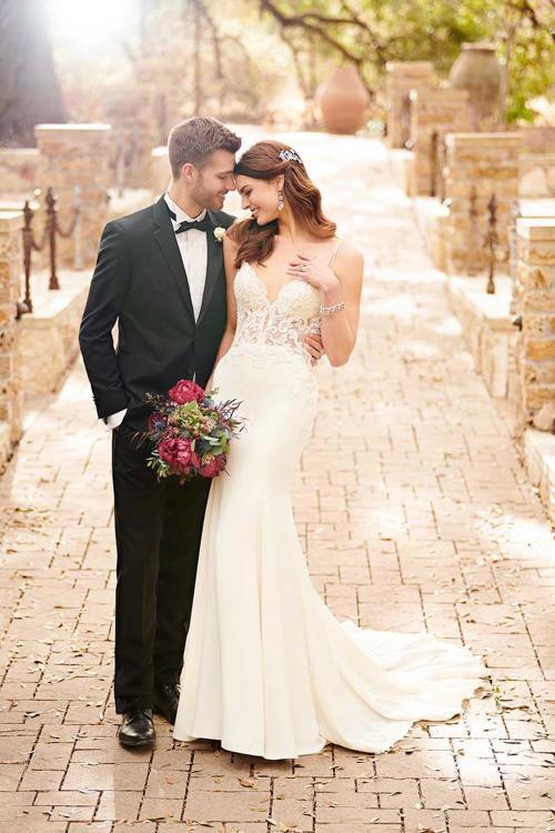 Cremefarbenes Brautkleid im Fit-and-Flare-Schnitt mit tranparenter Korsage von Essense of Australia