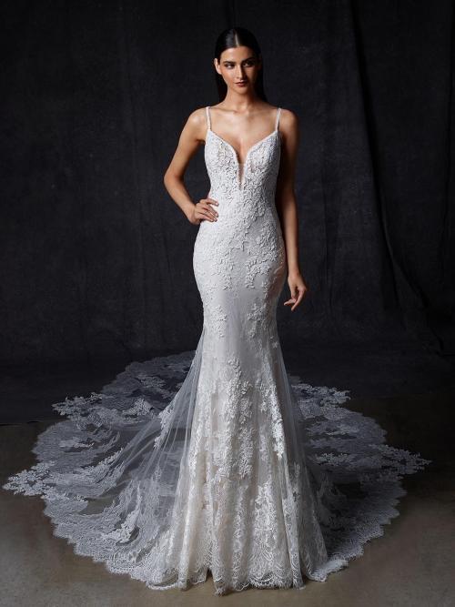Fit-and-Flare-Brautkleid mit Spitze, Plunge-Ausschnitt, Spaghettiträgern, tiefem Rücken und Schleppe von Enzoani, Modell Osina