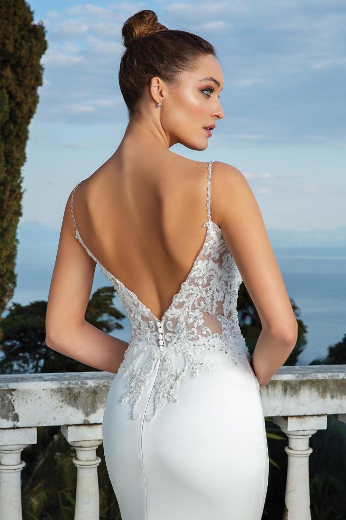 Fit-and-Flare-Brautkleid mit besticktem Spitzentop mit Spaghettiträgern und tiefem Rückenausschnitt sowie Schlepp von Justin Alexander, Modell 88119
