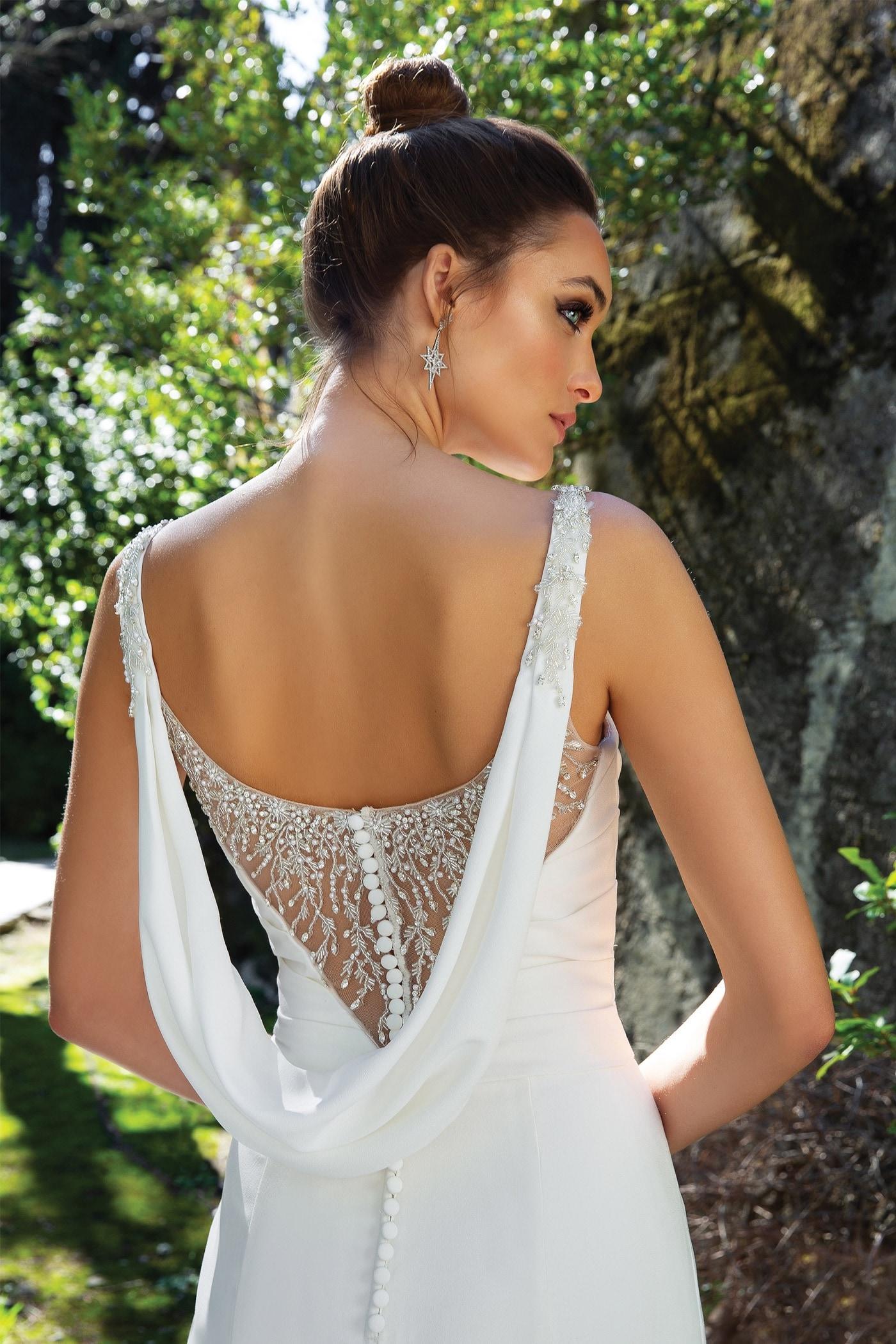 Fit-and-Flare-Brautkleid mit Rundhals-Ausschnitt, Strass-Details, raffiniertem Rücken und Schleppe von Justin Alexander, Modell 88108