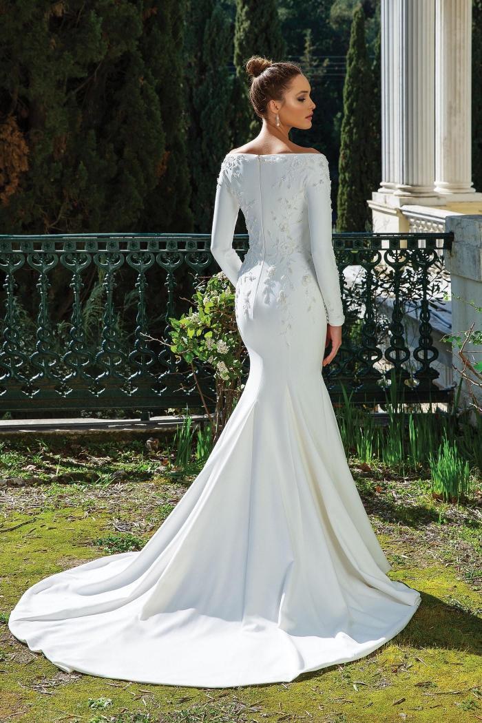 Schulterfreies Fit-and-Flare-Brautkleid mit langen Ärmeln, Stickereien und Schleppe von Justin Alexander, Modell 88111