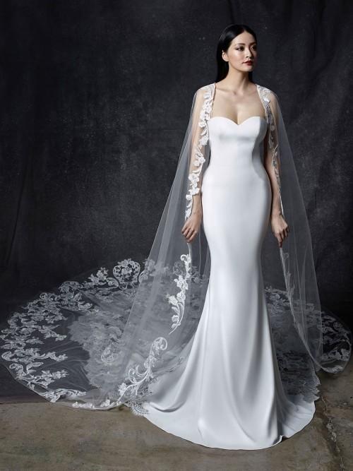 Fit-and-Flare-Hochzeitskleid mit trägerlosem Sweetheart-Ausschnitt, Cape und Schleppe aus Spitze von Enzoani, Modell Odelia