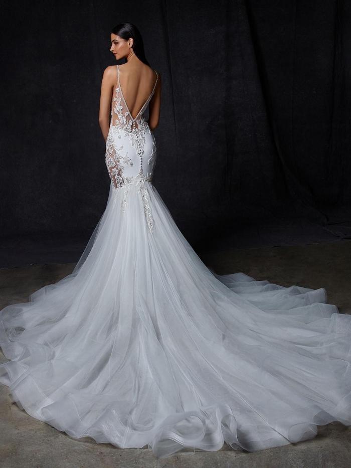 Fit-and-Flare-Brautkleid mit Tüllrock, Cut-outs und Stickereien, tiefem Rücken und Schleppe von Enzoani, Modell Ovia