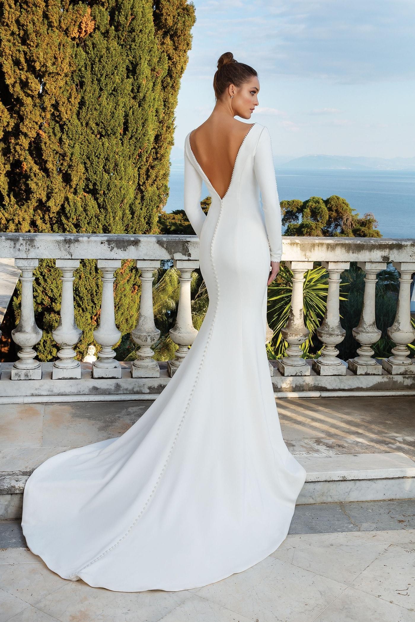 Fit-and-Flare-Brautkleid mit V-Ausschnitt und langem Arm, Perlendetails, tiefem Rücken und Schleppe von Justin Alexander, Modell 88128