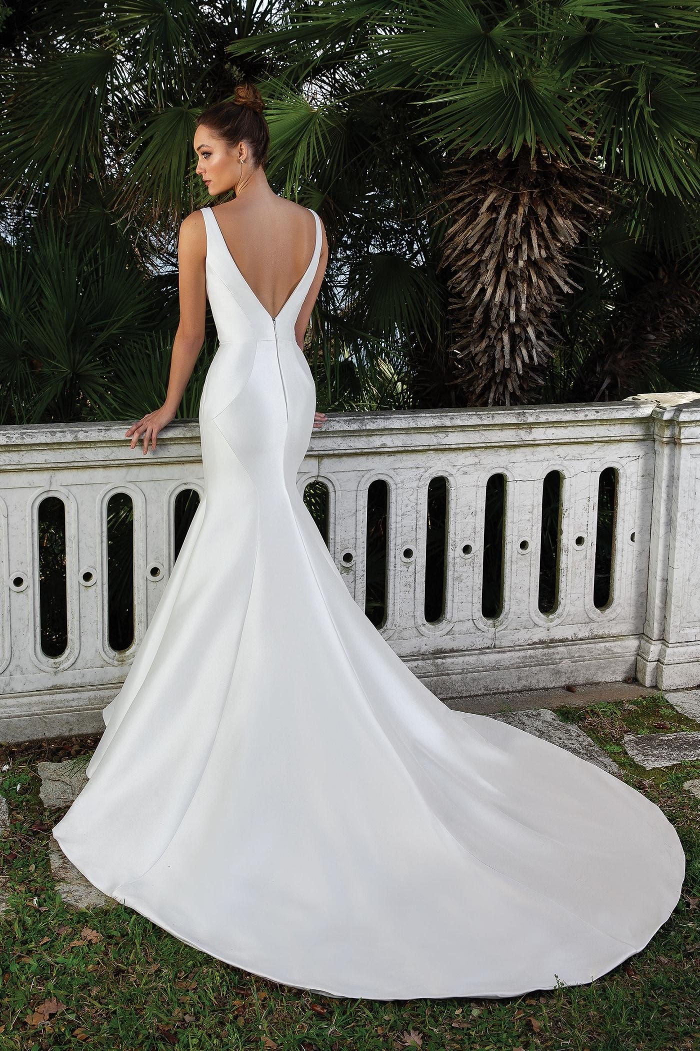 Fit-and-Flare-Brautkleid mit V-Ausschnitt, tiefem Rückendekolleté, Schleppe und abnehmbarem Strassgürtel von Justin Alexander, Modell 88107