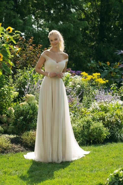 Goldfarbenes, schulterfreies Brautkleid mit Carmen-Ausschnitt von Sweetheart, Modell 11029
