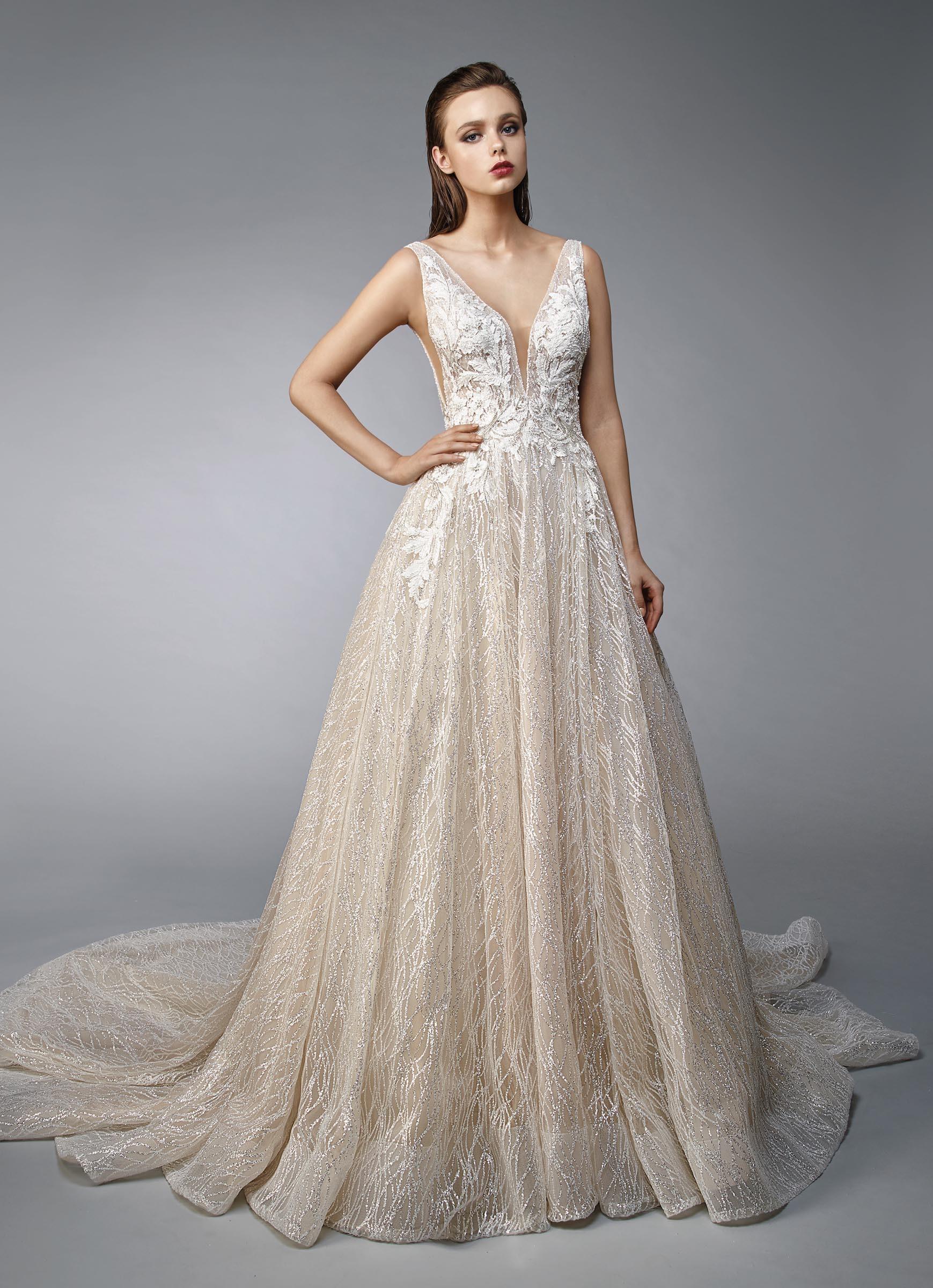 Goldenes Brautkleid im Prinzesschnitt mit cremefarbener Spitze und
