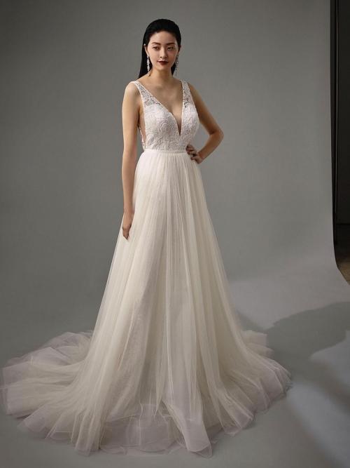 Wandelbares Braut-Outfit, bestehend aus Spitzen-Jumpsuit mit Plunge-Ausschnitt und Tüllüberrock, von Blue by Enzoani, Modell Myelle