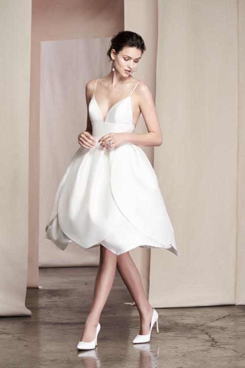 Kurzes Brautkleid mit Spaghettiträgern und tiefem Rückenausschnitt von Justin Alexander Signature, Modell 99092 Camellia