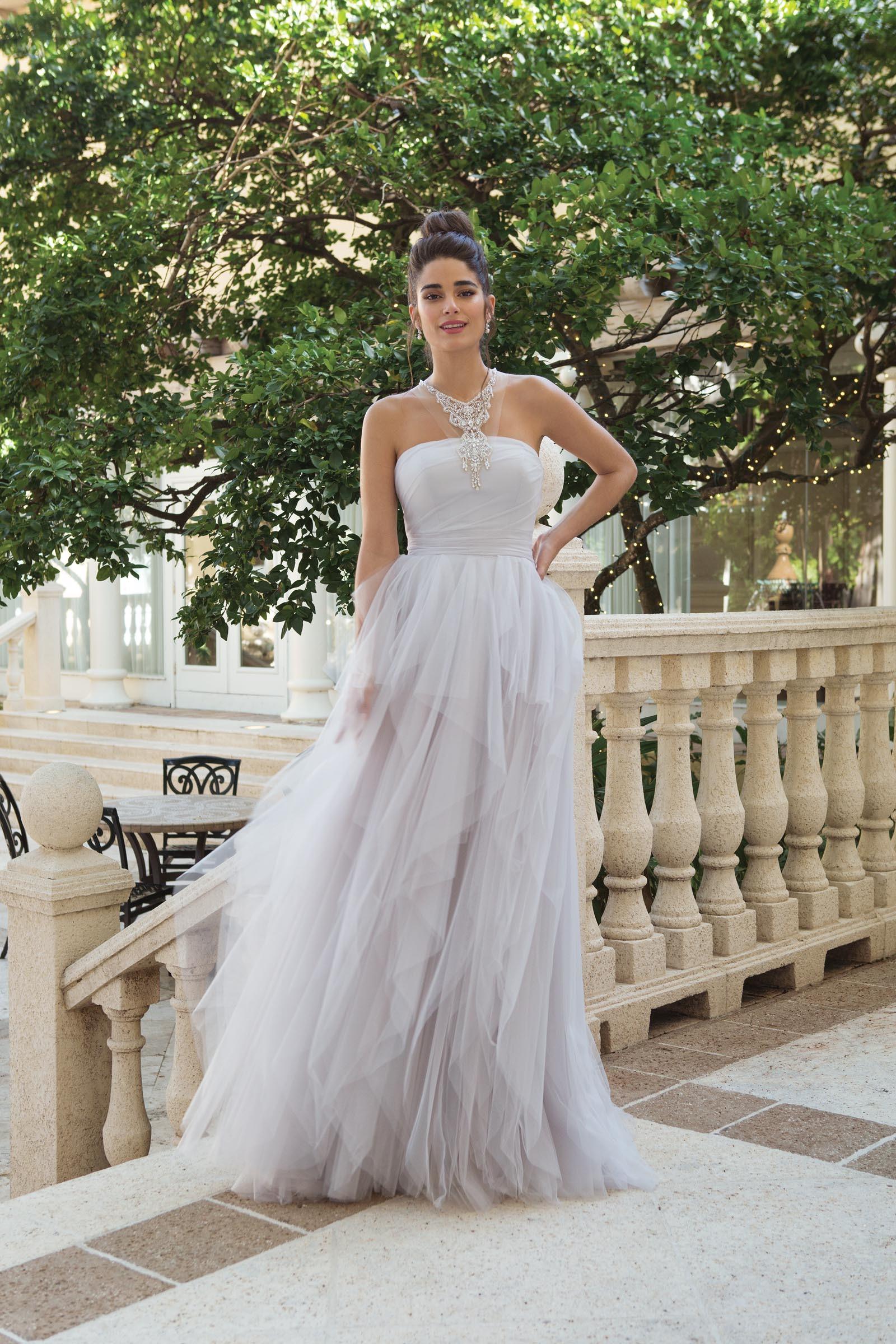 Brautkleid mit Volants und Neckholder in Lavendel von Sincerity