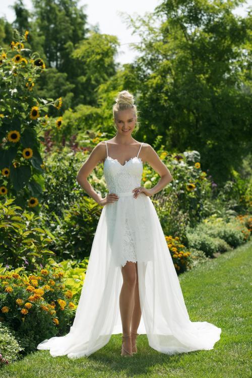 Weißes Brautkleid in Minilänge aus Spitze mit Ausschnitt in Herzform, Spaghettitraägern und langem Überrock von Sweetheart, Modell 11000