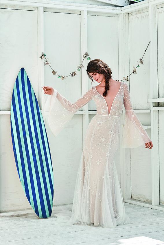 Brautkleid mit Ärmeln und v-Ausschnitt