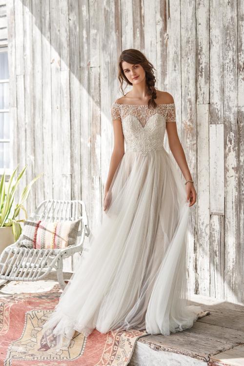 Brautkleid mit Perlen-Stickerei und Carmen-Ausschnitt von Lillian West, Modell 66056
