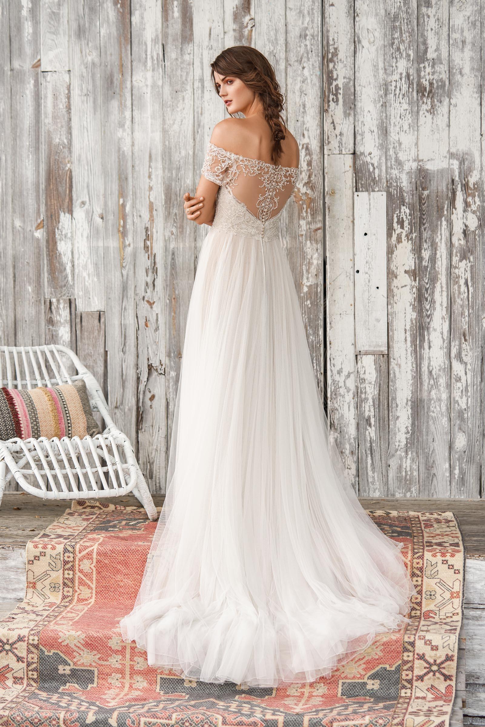 Brautkleid Mit Perlen Stickerei Und Carmen Ausschnitt Von Lillian