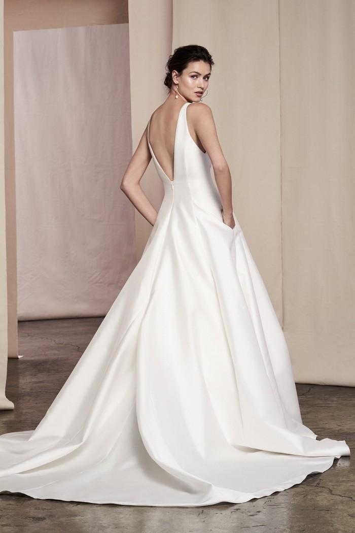 Brautkleid im Prinzess-Stil im Clean Chic mit V-Ausschnitt, tiefem Rückendekolleté und langer Schleppe von Justin Alexander Signature, Modell Scarlet