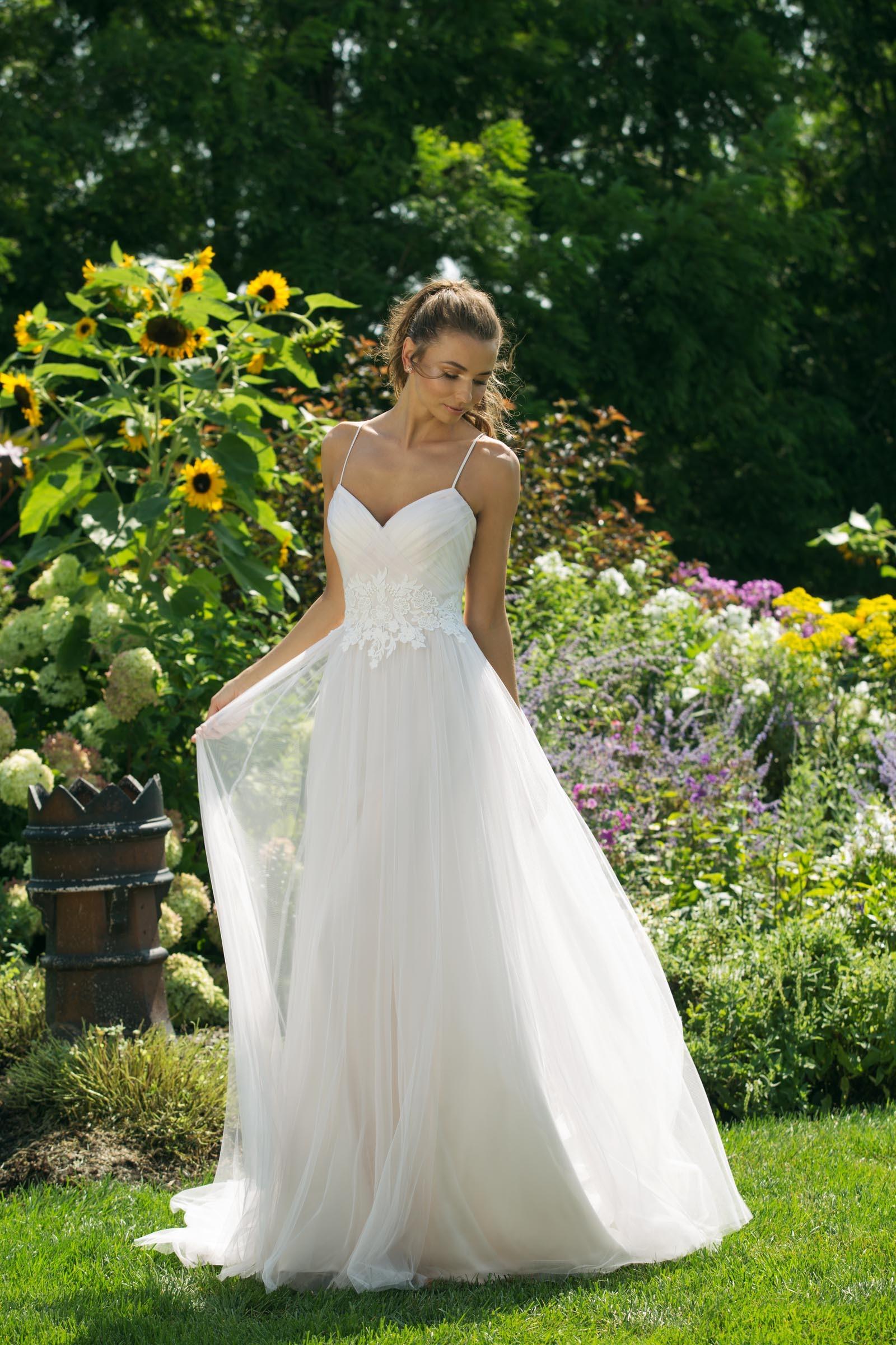 Brautkleid im Prinzessschnitt mit Spitze, Ausschnitt in Herzform und Spaghettiträgern von Sweetheart, Modell 11019