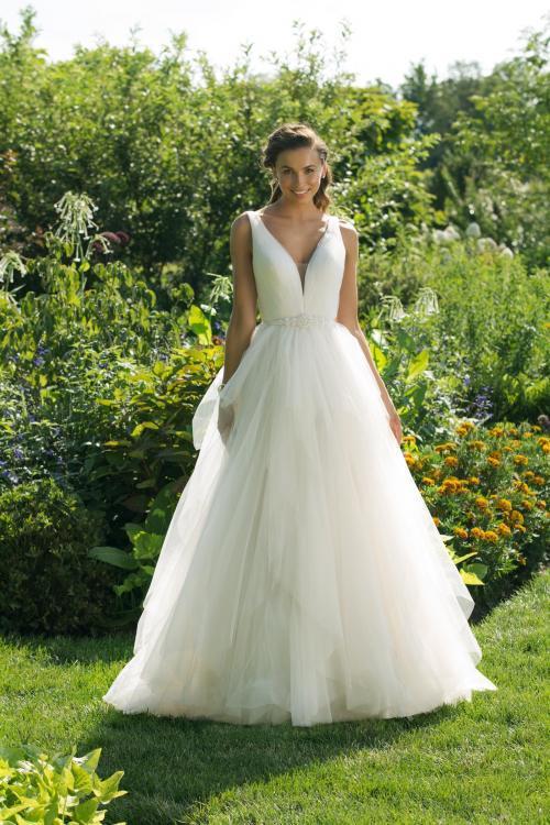 Brautkleid im Prinzesschnitt mit Volants, Gürtel und tiefem V-Ausschnitt von Sweetheart, Modell 11021