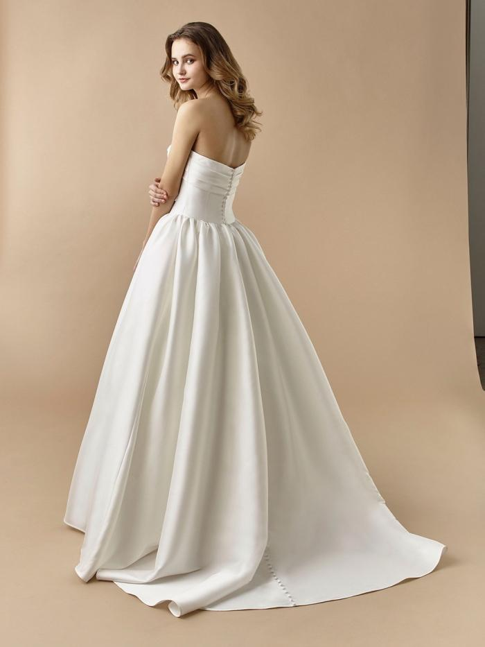 Brautkleid im Prinzess-Stil mit aufwändiger Spitzendekoration, Tattoo-Effekt und langem Arm von Beautiful Bridal, Modell BT-20-21