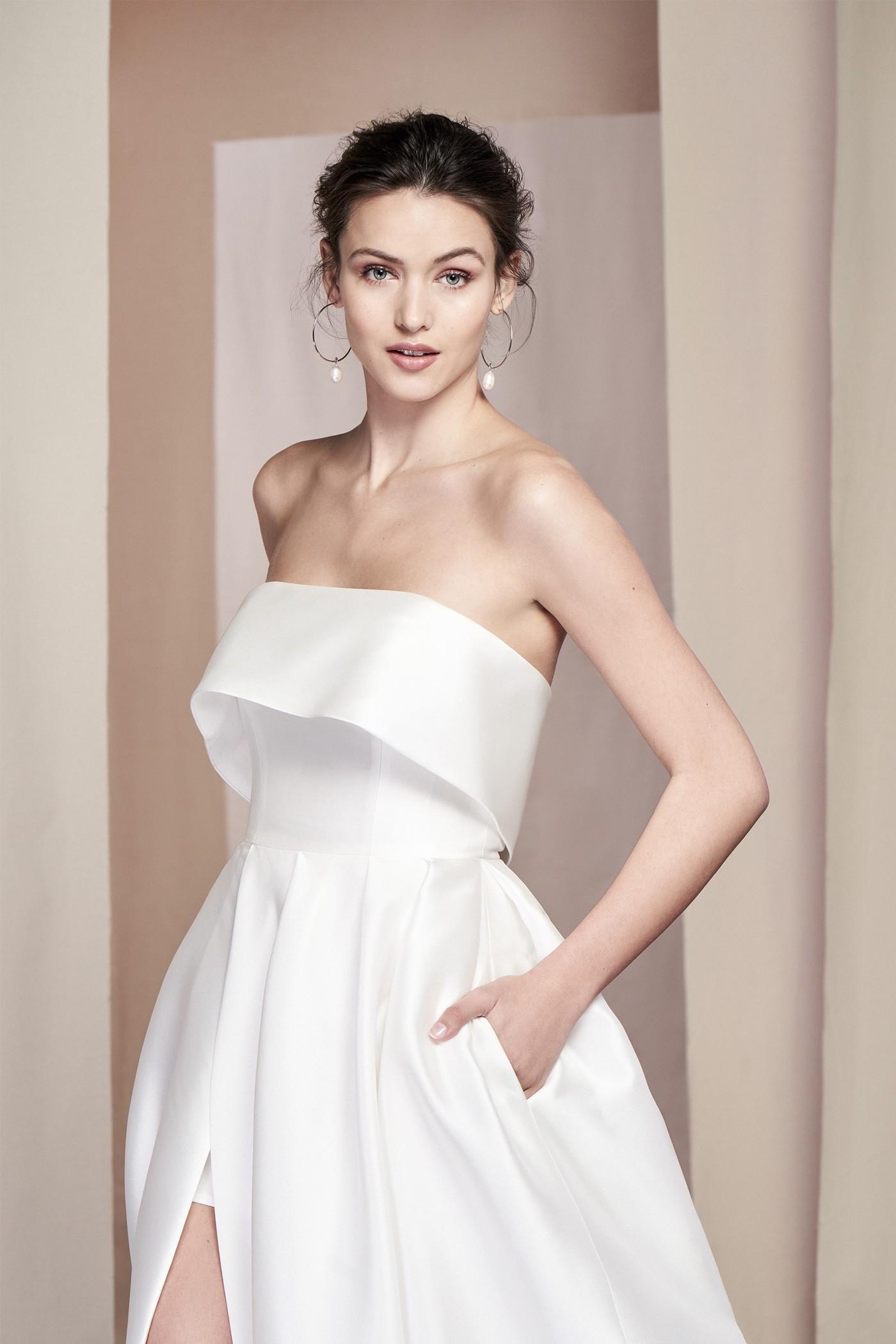 Schulterfreies Brautkleid im Prinzesschnitt mit üppigem Rock, Beinschlitz und Schleppe von Justin Alexander Signature, Modell 99094 Alder