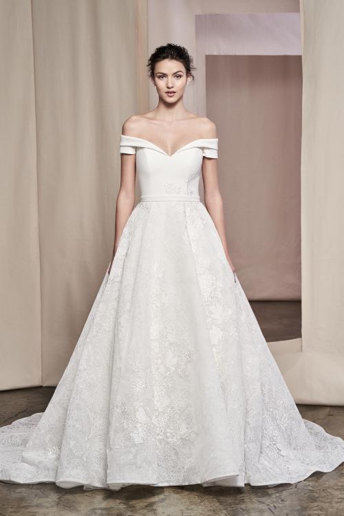 Brautkleid im Prinzess-Stil mit Spitzenrock und Schleppe sowie schulterfreiem Carmen-Ausschnitt von Justin Alexander Signature, Modell 99090 Zinnia