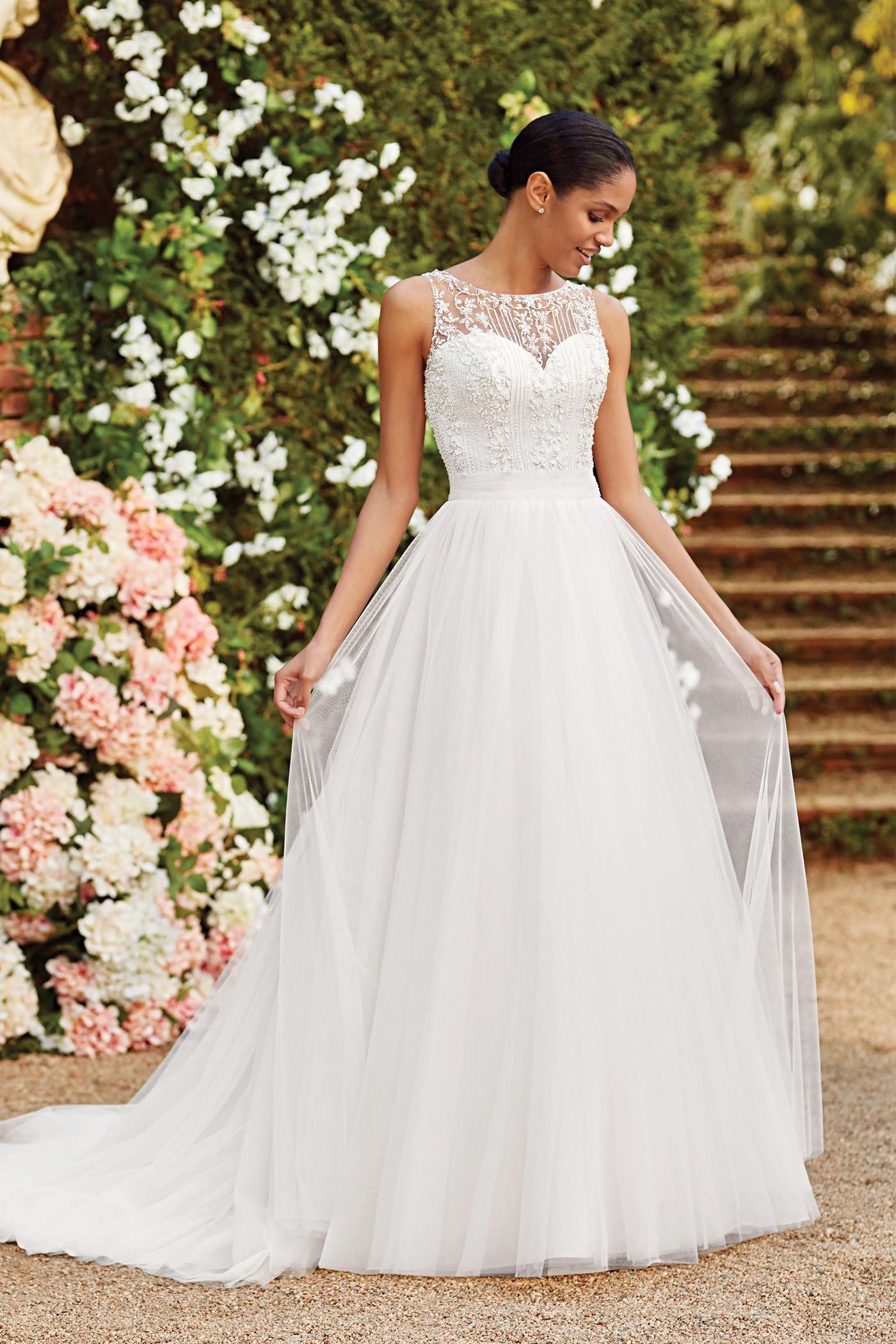 Brautkleid im Prinzessschnitt mit Tüllrock, Stickereien und Illusion-Ausschnitt von Sincerity, Modell 44166