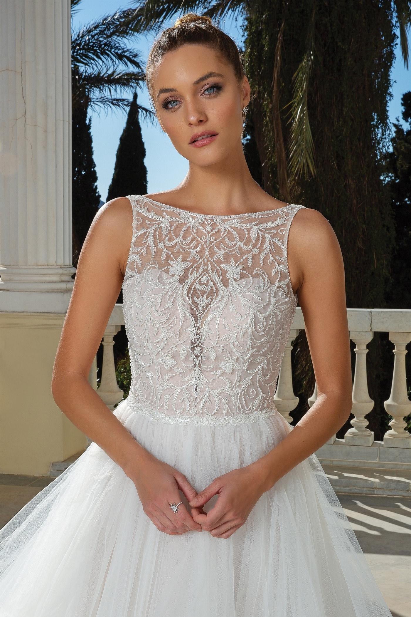 Brautkleid im Prinzessschnitt mit Volants, Illusion-Ausschnitt, Perlenstickereien, tiefem Rücken und Schleppe von Justin Alexander, Modell 88125