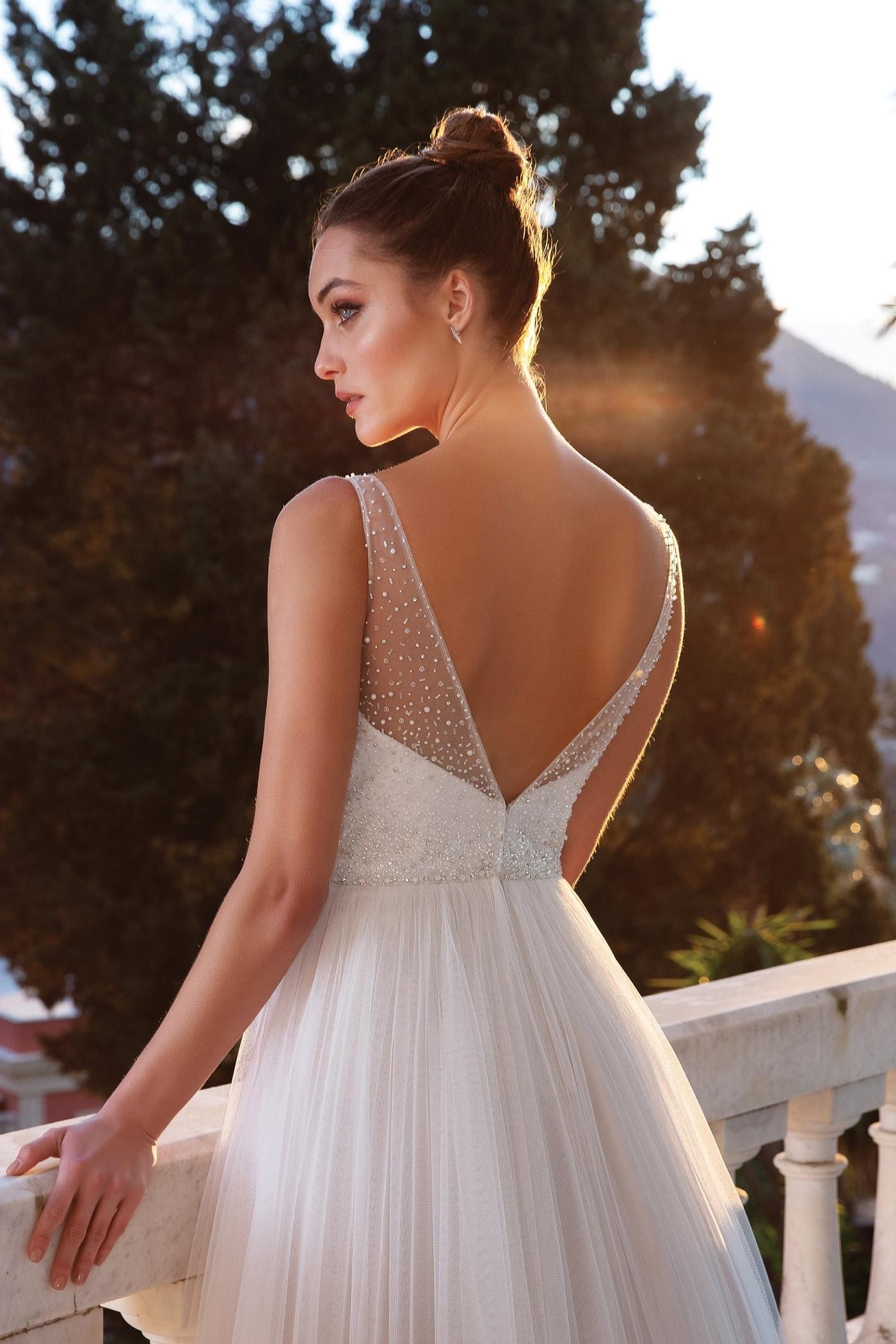 Brautkleid im Prinzessschnitt mit Tüllrock, Plunge-Ausschnitt, Strassstickereien und -gürtel von Justin Alexander, Modell 88118