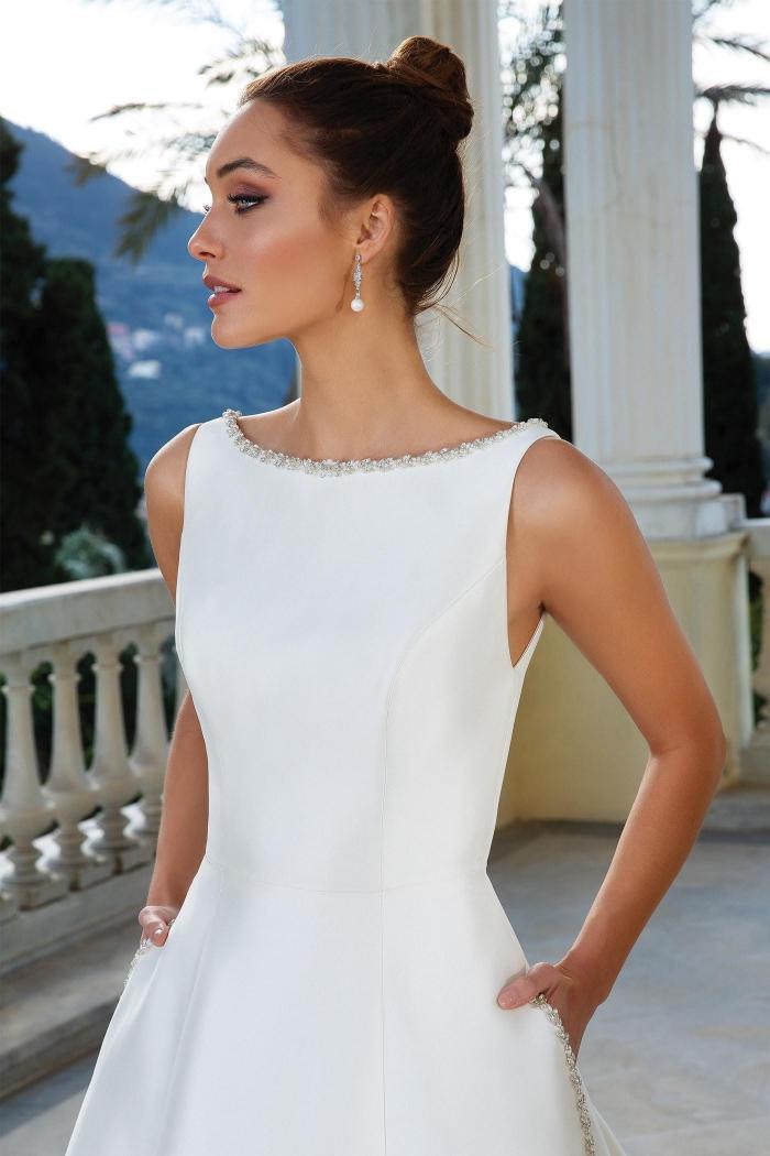 Brautkleid im Prinzess-Stil mit Rundhals-Ausschnitt, Taschen, Schleppe und Strassdetails von Justin Alexander, Modell 88109