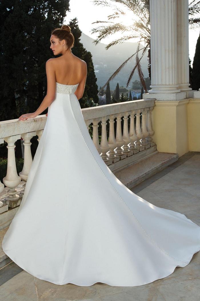 Brautkleid im Prinzess-Stil mit trägerlosem Bandeau-Ausschnitt, Strassstickereien und Schleppe von Justin Alexander, Modell 88106