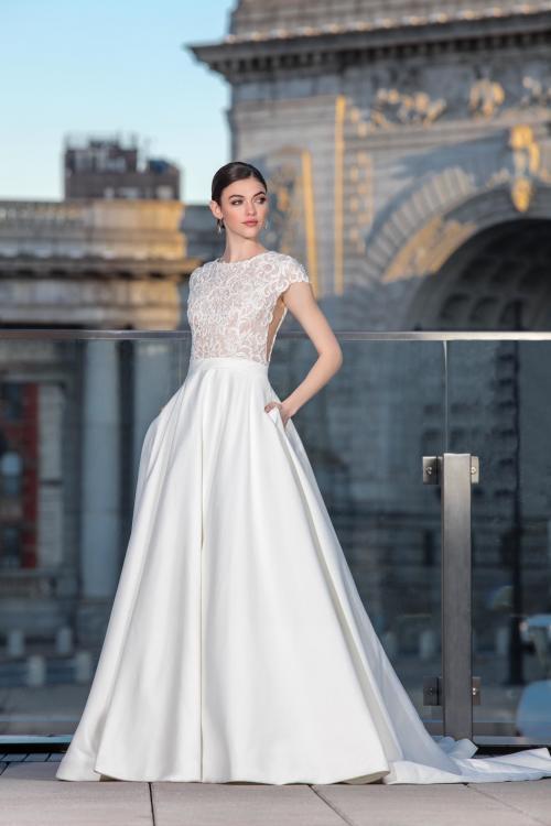 Brautkleid im Prinzesschnitt mit Spitzentop und Satinrock von Justin Alexander Signature, Modell 99033