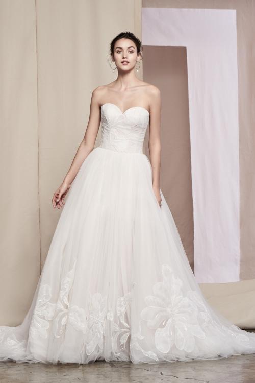 Schulterfreies Brautkleid im Prinzess-Stil mit Sweetheart-Ausschnitt, Blütendetails und Schleppe von Justin Alexander Signature, Modell 99099 Fleur