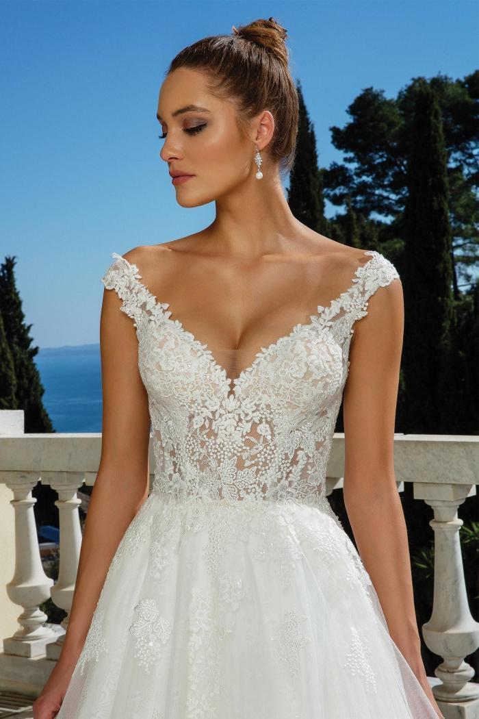 Brautkleid im Prinzessschnitt mit transparentem, besticktem Spitzentop, V-Ausschnitt und Schleppe von Justin Alexander, Modell 88117