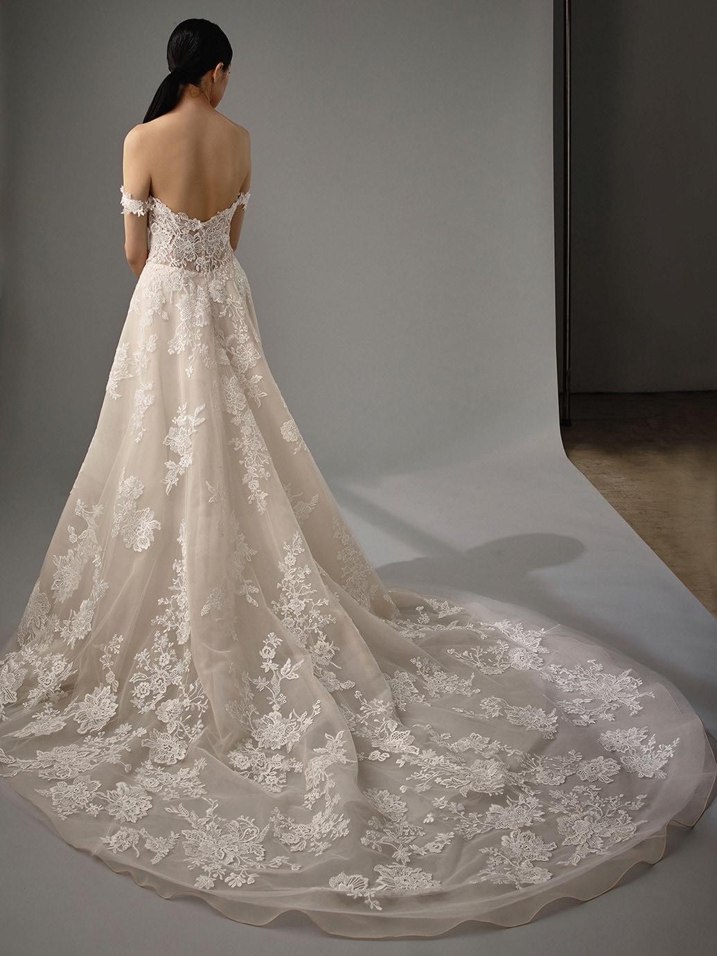 Brautkleid in A-Linie mit Spitze, Plunge-Ausschnitt, tiefem Rückenausschnitt und Schleppe von Blue by Enzoani, Modell Mariane
