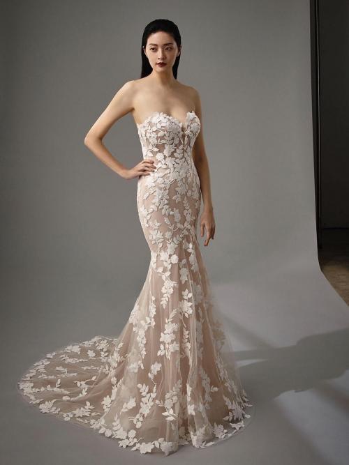 Fit-and-Flare-Brautkleid in Rosa mit 3D-Spitze, trägerlosem Sweetheart-Ausschnitt und Schleppe von Blue by Enzoani, Modell Milan