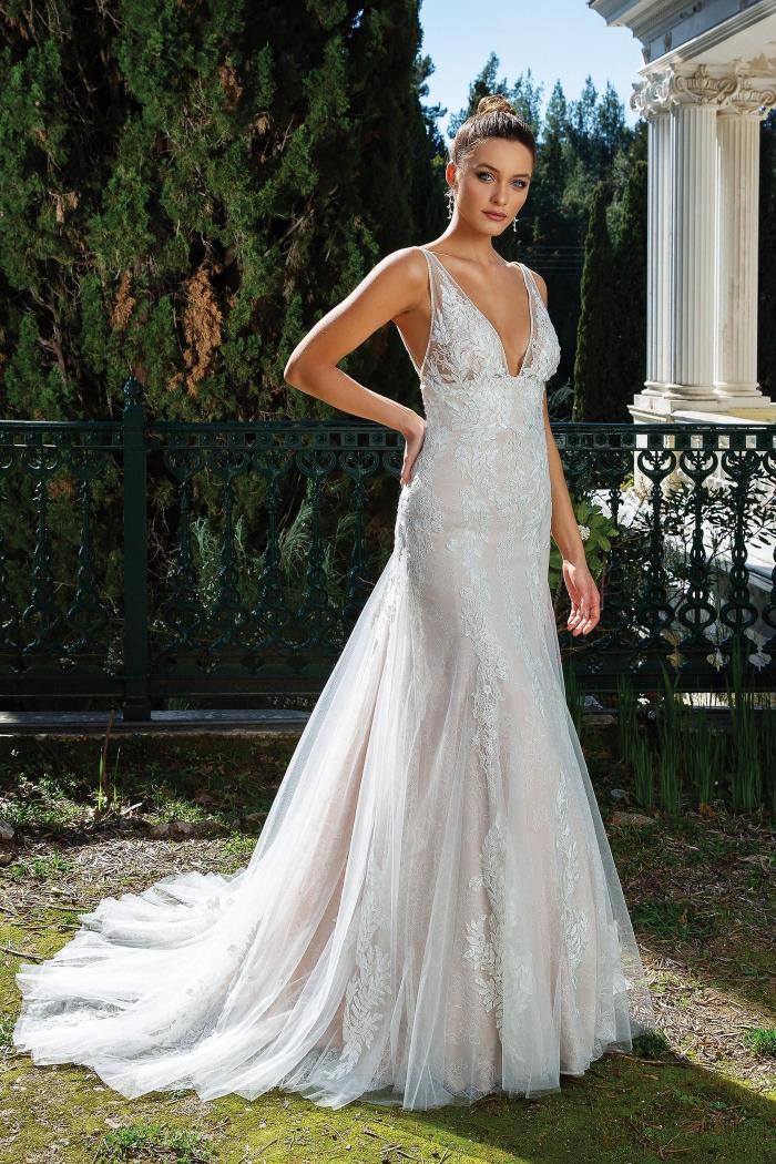 Rosafarbenes Brautkleid mit 3D-Spitze, Plunge-Ausschnitt, tiefem Rücken und Schleppe von Justin Alexander, Modell 88121