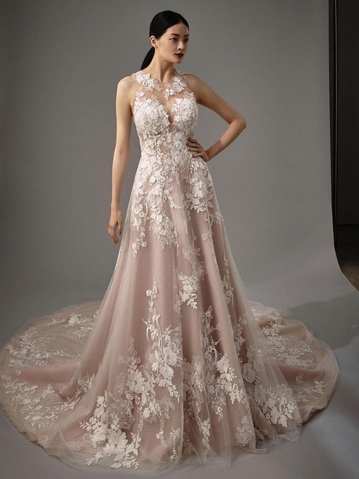 Rosafarbenes Brautkleid im Prinzessschnitt mit 3D-Spitze, Illusion-Ausschnitt, Tattoo-Effekt und Schleppe von Blue by Enzoani, Modell Michelle