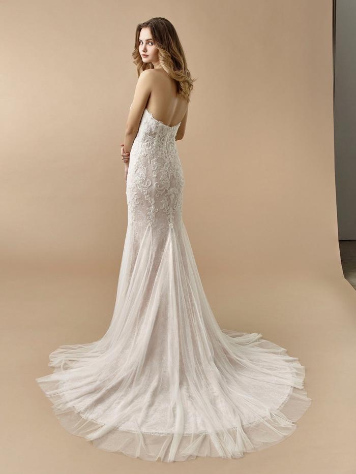 Rosafarbenes Brautkleid im Fit-and-Flare-Schnitt mit 3D-Spitze, trägerlosem Sweetheart-Ausschnitt und Schleppe von Beautiful Bridal, Modell BT 20-20