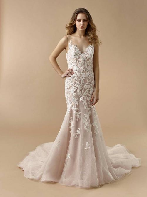 Rosafarbenes Brautkleid im Fit-and-Flare-Schnitt mit 3D-Spitze, Illusion-Ausschnitt und Schleppe von Beautiful Bridal, Modell BT 20-01