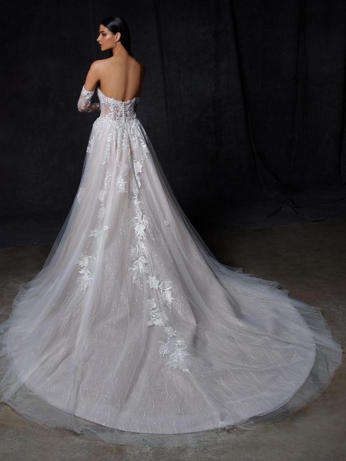 Roséfarbenes Brautkleid im Prinzessschnitt mit transparentem Spitzentop, trägerlosem Sweetheart-Ausschnitt, Spitzenarmstulpen und Schleppe von Enzoani, Modell Onika