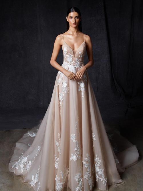 Brautkleid im Prinzessschnitt in Rosa mit 3D-Spitze, Plunge-Ausschnitt, Spaghettiträgern, tiefem Rücken, Schleppe und passendem Schleier von Enzoani, Modell Orion