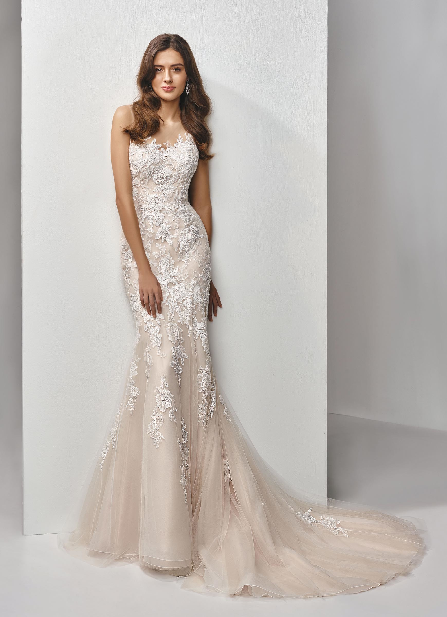Rosafarbenes Fit and Flare-Brautkleid mit Spitze und