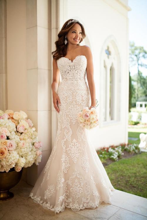 Rosafarbenes Brautkleid aus Spitze im Fit-and-Flare-Schnitt mit trägerlosem Ausschnitt in Herzform von Stella York